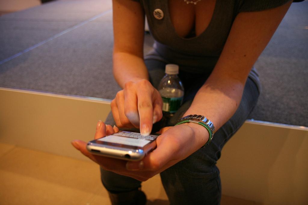 Frau mit iPhone